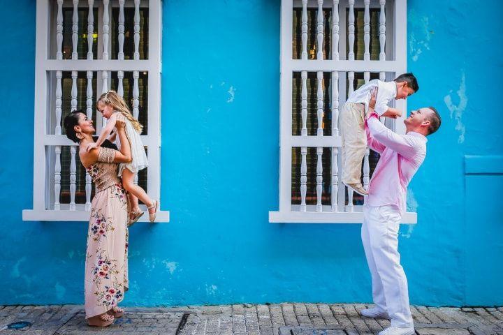 Pareja de esposos con sus hijos en la sesion de preboda