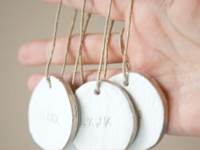 ¡Creen sus propios marcasitios para la boda hechos de arcilla!