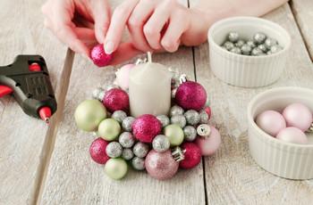 DIY: centro de mesa hecho con bolas navideñas