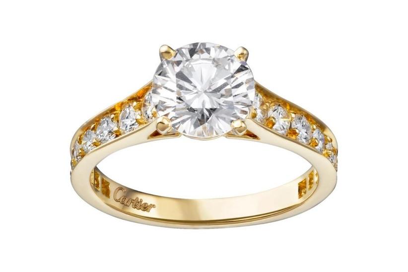 anillos de compromiso solitario en oro amarillo