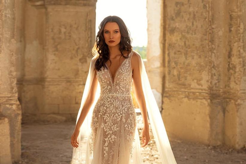 vestido de novia moderno con capa y escote en V