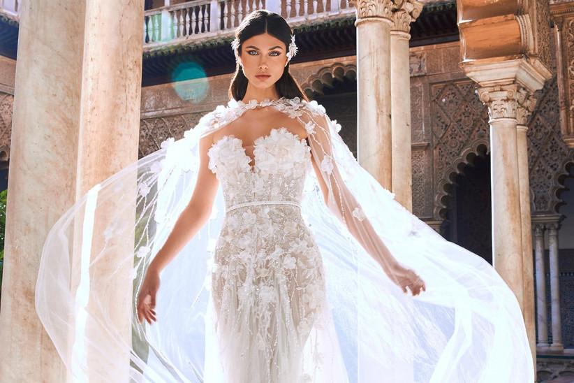 vestido de novia con capa y apliques florales
