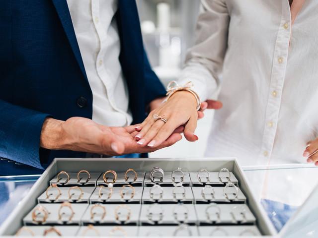 10 errores [que debes evitar] durante la compra del anillo de compromiso