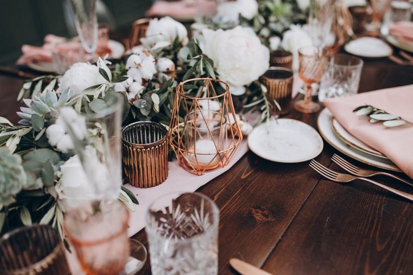 centro de mesa bonito con velas y figura geométrica para boda