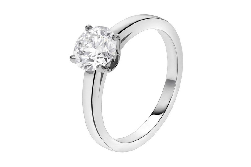 anillo de compromiso solitario en oro blanco