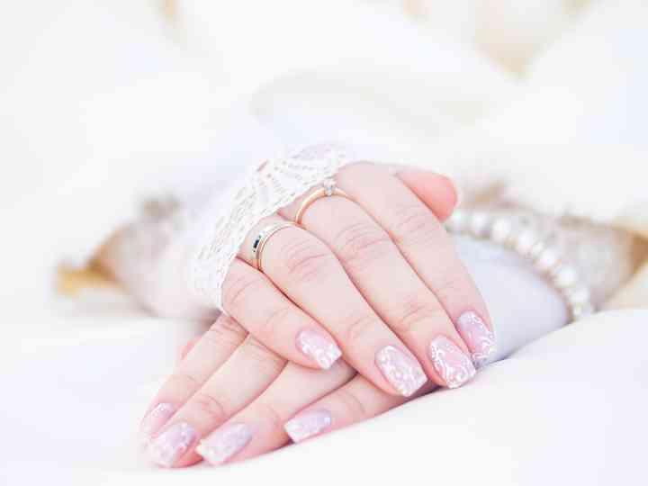 manicure para novias manos juntas