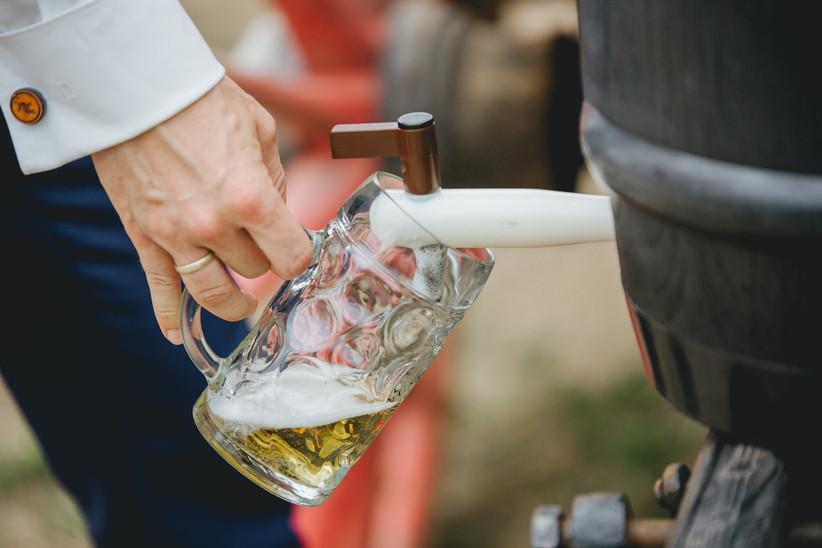 servir cerveza en la boda desde barril
