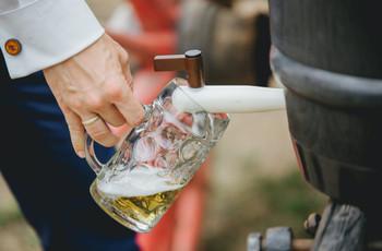 Servir cerveza en la boda: 5 dudas que deben aclarar