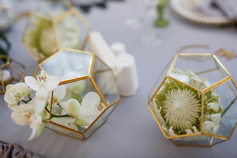 flores blancas en centros geométricos para boda