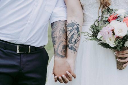 Pareja con tatuajes: ¿cubrirlos o lucirlos con orgullo?