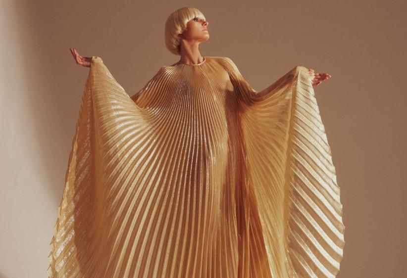 vestido de fiesta dorado y plisado