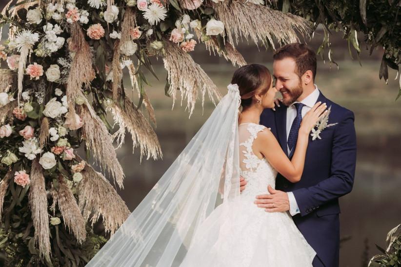 pareja en ceremonia de matrimonio y con decoración floral