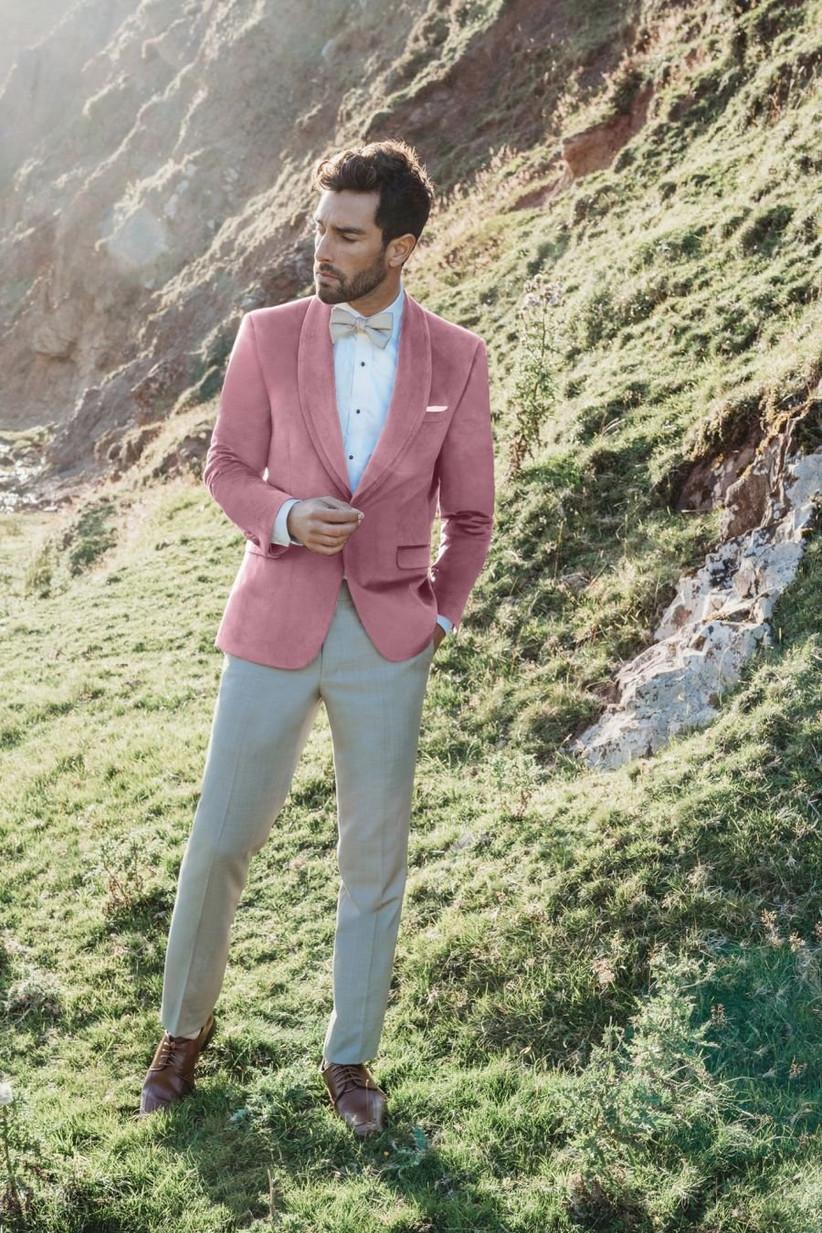 blazer de traje de novio rosado con pantalón beige