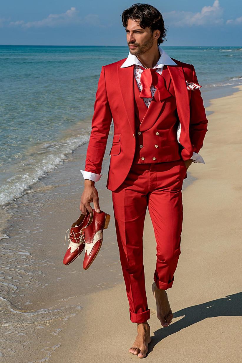 traje rojo para novio en la playa