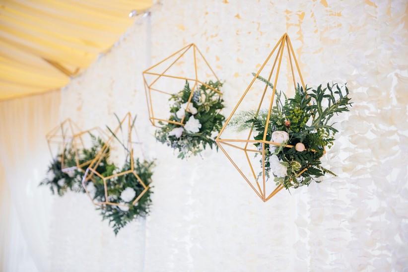 decoración colgante para boda con figuras geométricas con flores y follaje