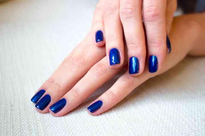 uñas de novia color azul rey
