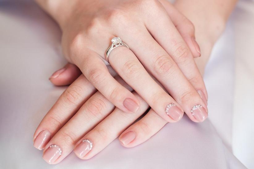 manos de novia con manicura