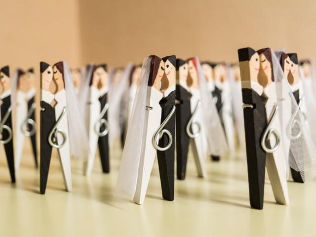 DIY: pinzas de madera que se besan para decorar la boda