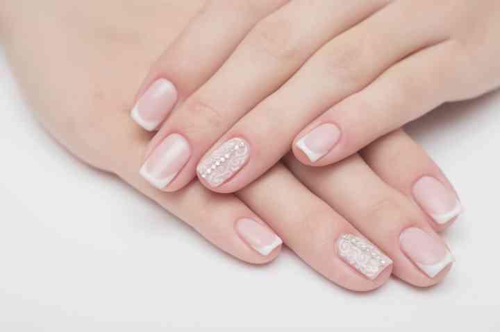manos cuidadas con manicure para la boda