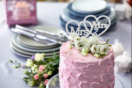 El toque final para su pastel de boda LGTBIQ+ está aquí (lo prometemos)