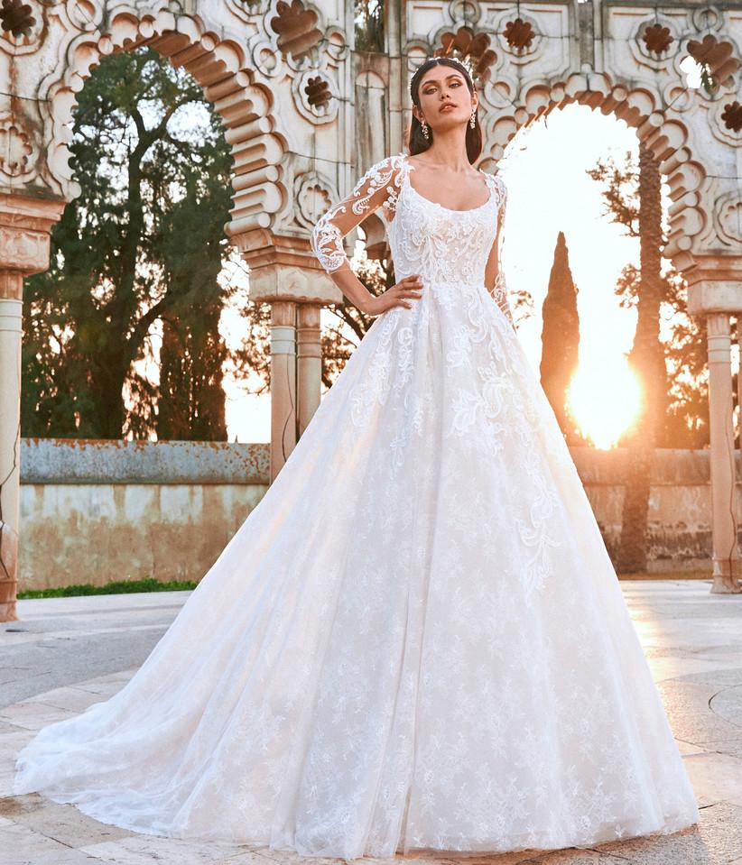 vestido de novia corte princesa con escote en U y chaqueta extraible