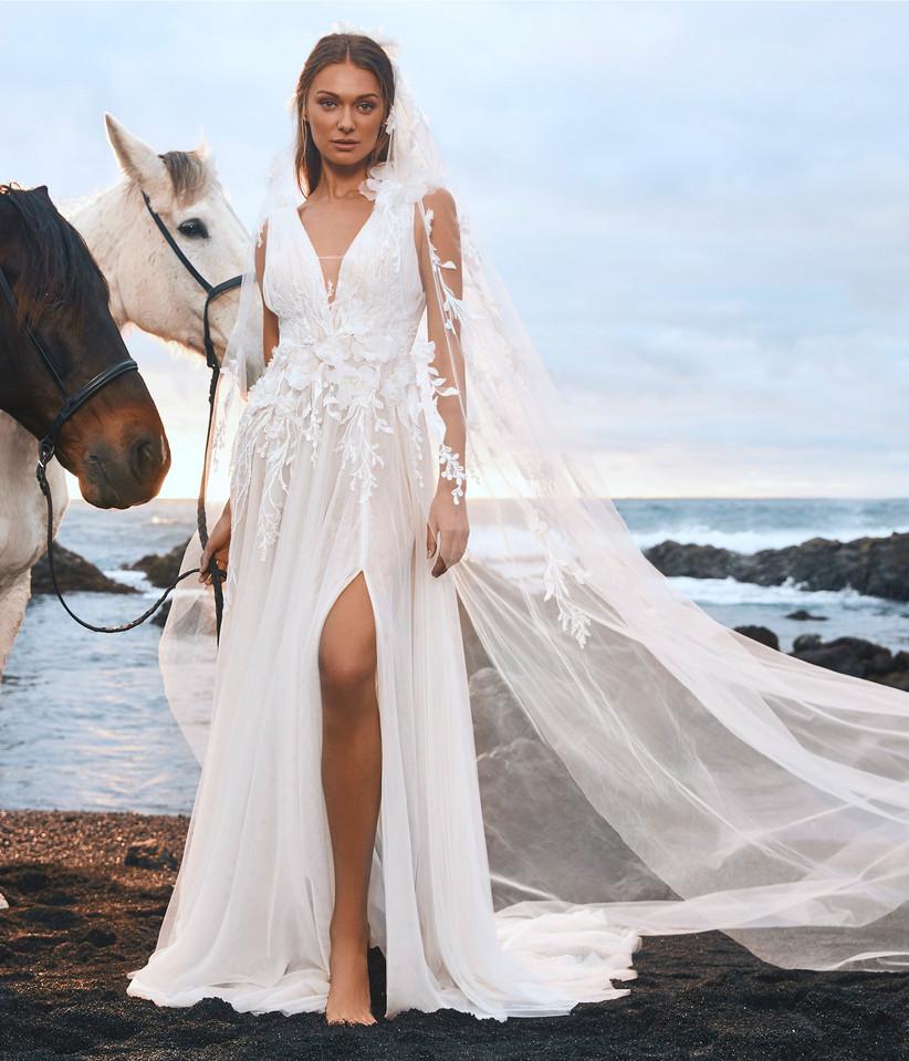 vestido de novia con capa de tul floral