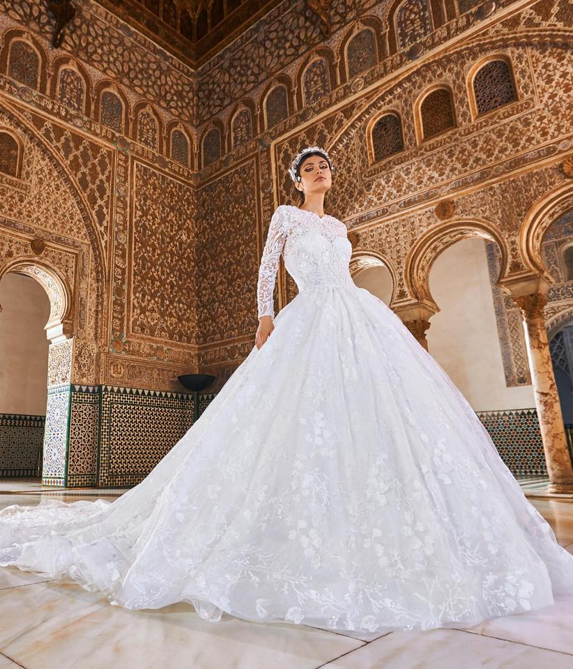 vestido de novia corte princesa con manga larga y cuello redondo