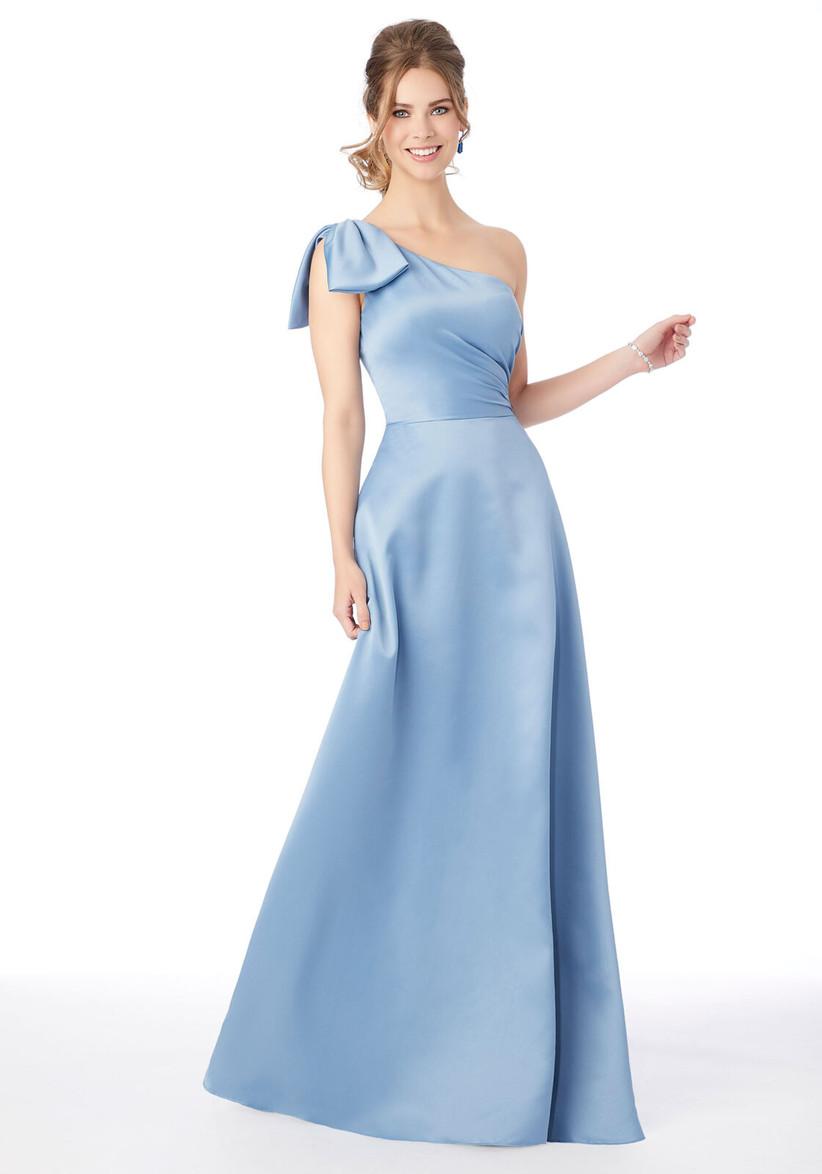 vestido de satén color azul cielo con escote asimétrico y moño