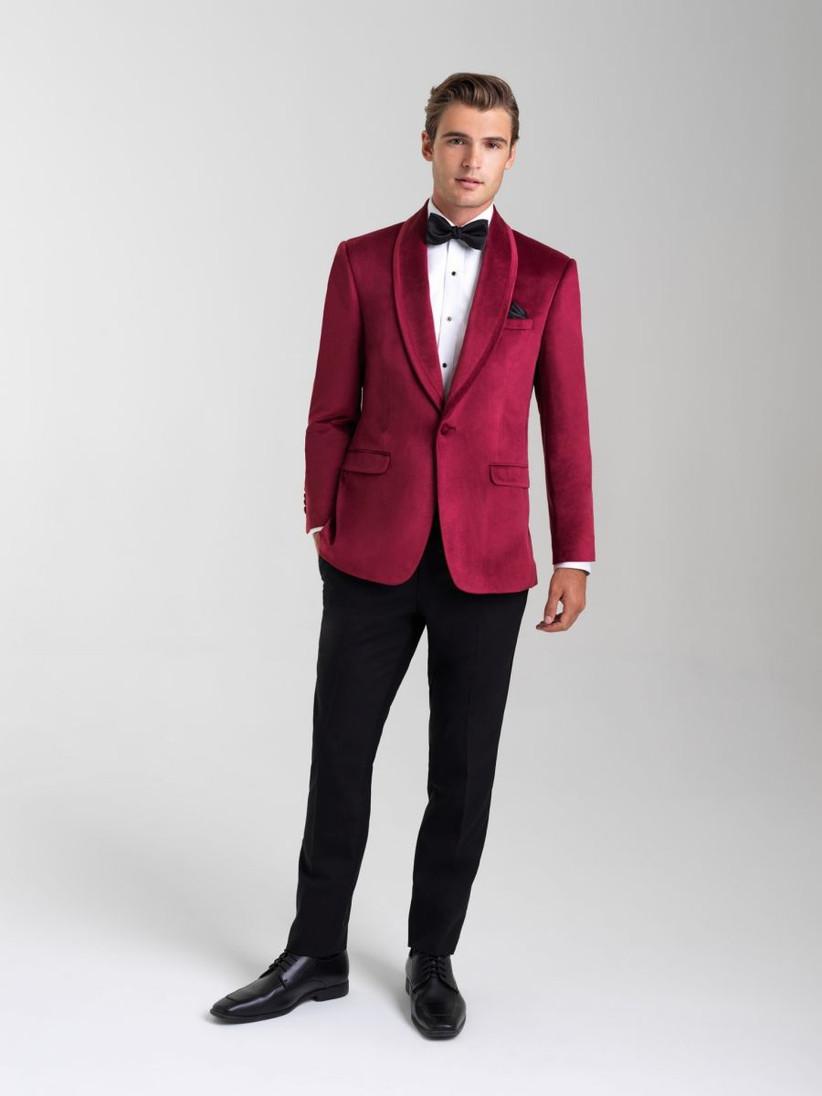 traje color borgoña para boda