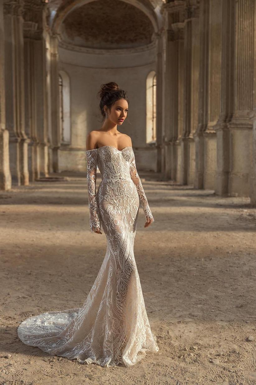 vestido de novia corte sirena con bordados y escote combinado estrapless y manga larga