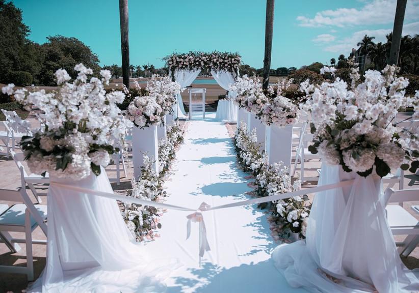 decoración con flores de pasillo y altar para matrimonio