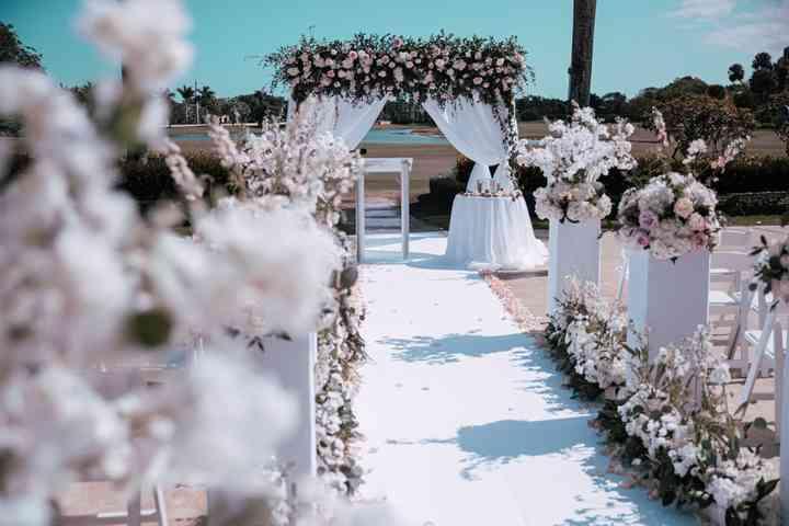 decoración elegante para matrimonio con arreglos florales