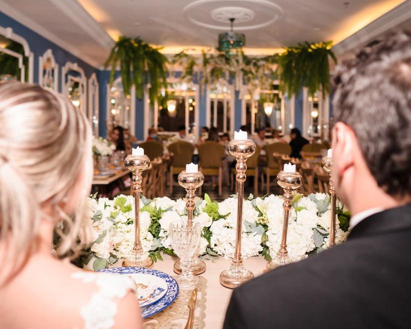 pareja en recepción de boda elegante