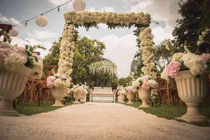 Arco de matrimonio con flores