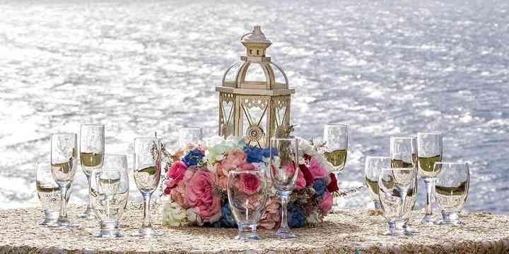 centro de mesa con farol y flores