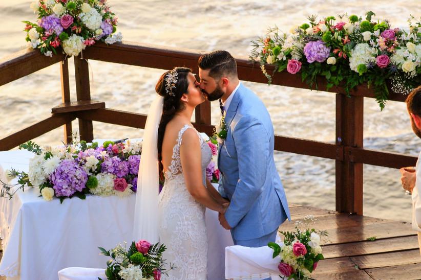pareja de novios se besa en la ceremonia de boda religiosa