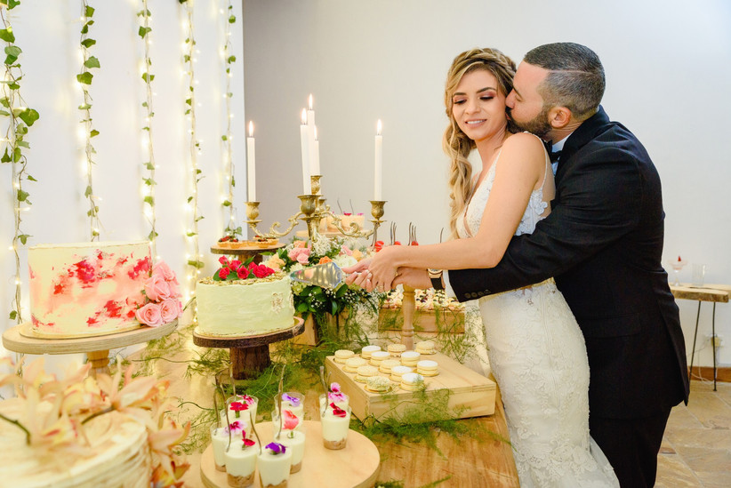 pareja cortando pastel de boda