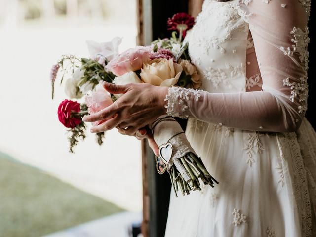 ¡Descubre cómo sostener el ramo de novia!