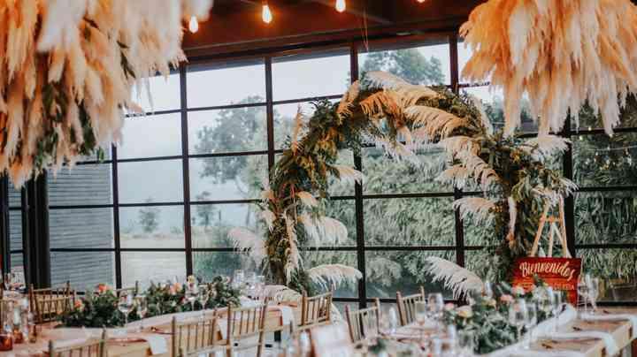 Arco con plantas en la recepción de matrimonio