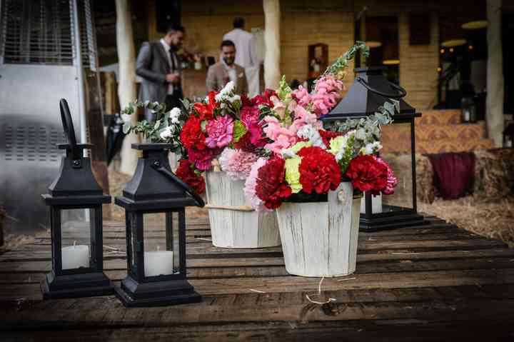macetas con arreglos florales para boda con lámparas