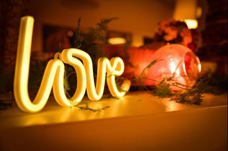Letreros de neón para matrimonio, la nueva tendencia en decoración