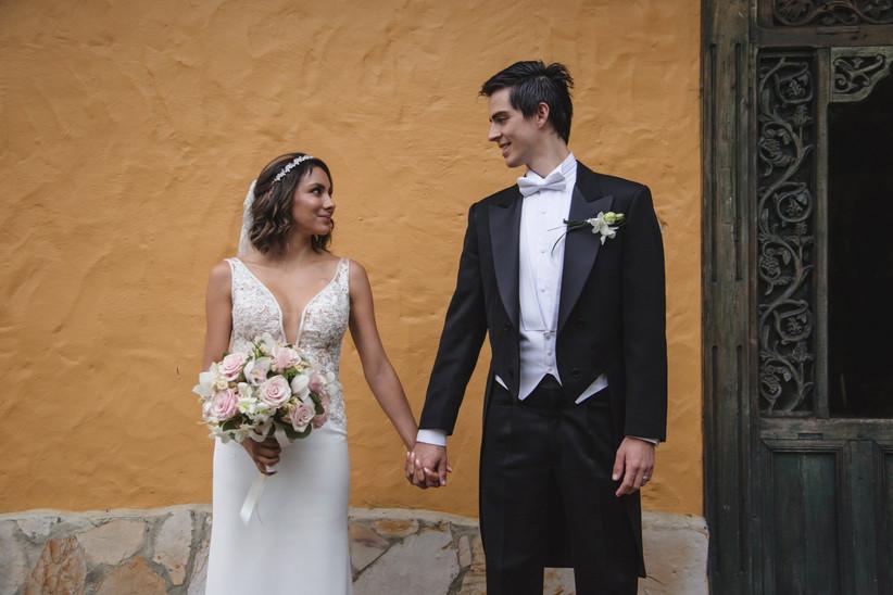 traje de novio de estilo chaqué y vestido de novia escote en v