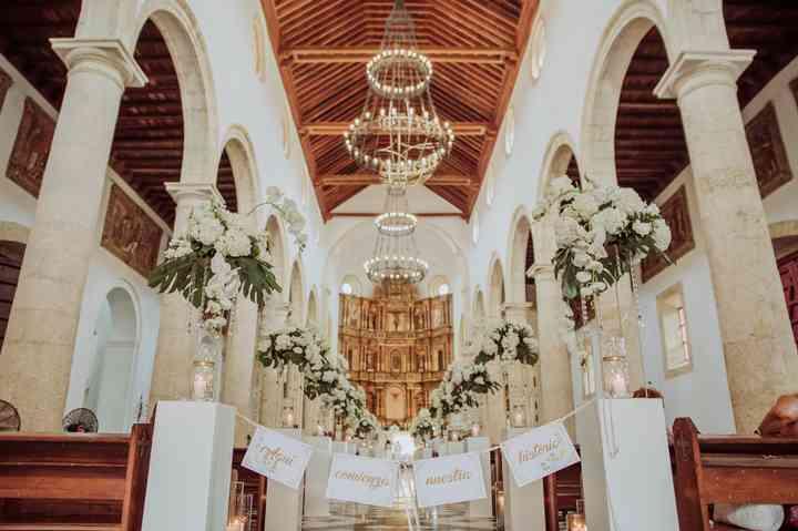 arreglos florales blancos para matrimonio en iglesia