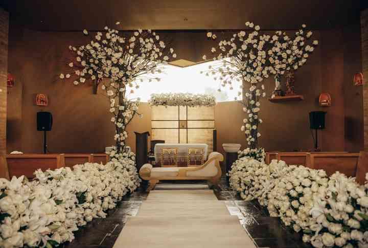 decoración para matrimonio en iglesia con flores blancas