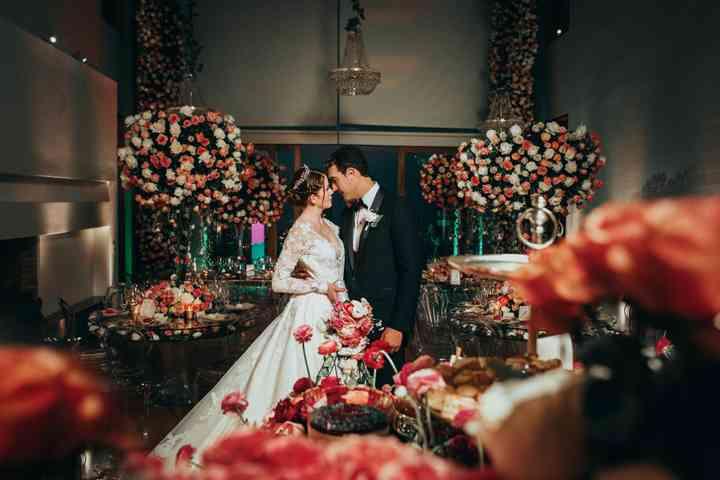 Pareja de novios en la recepción de boda