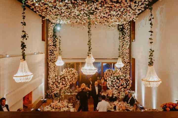 Lamparas y flores en la decoración de boda