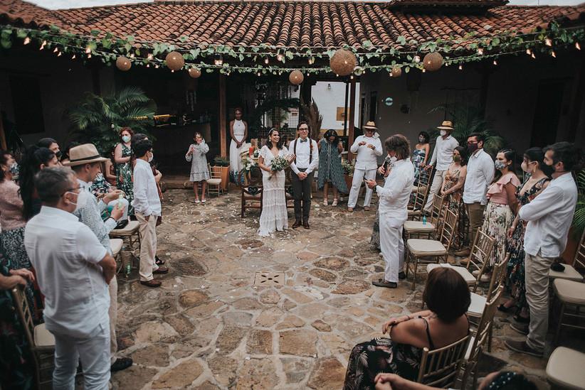 ceremonia de boda al aire libre con invitados