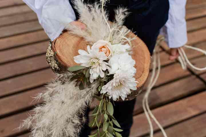 porta argollas en madera con flores y plantas
