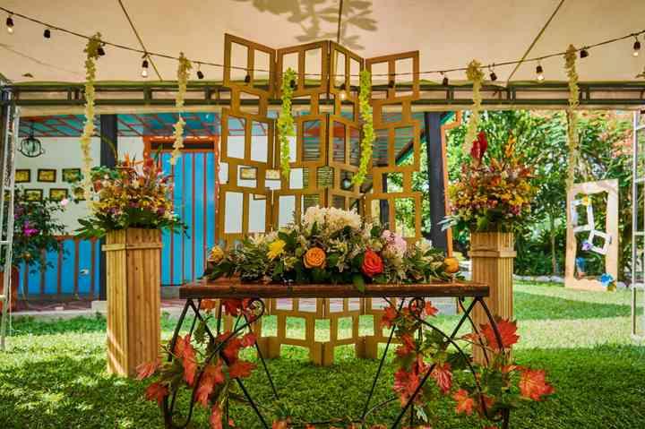 mesa de novios con arreglos florales para boda y madera