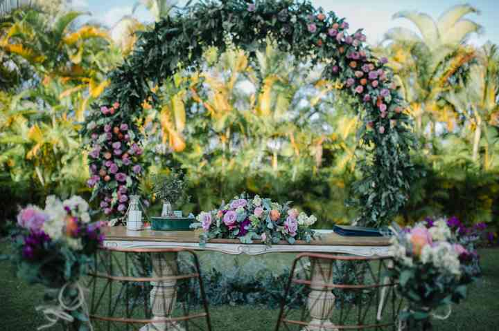 altar matrimonio civil con arco y flores